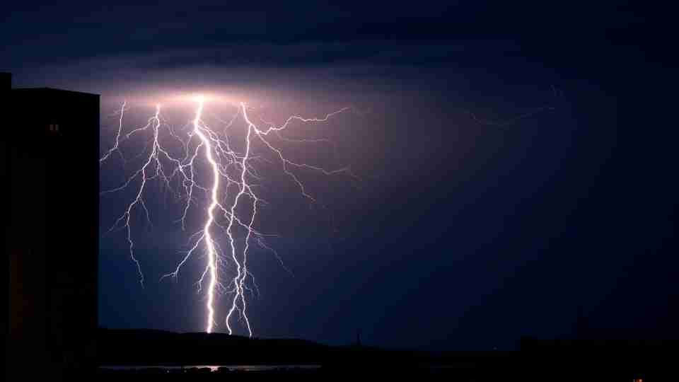 Dream of Lightning - 70 Dream Scenarios & Their Meanings
