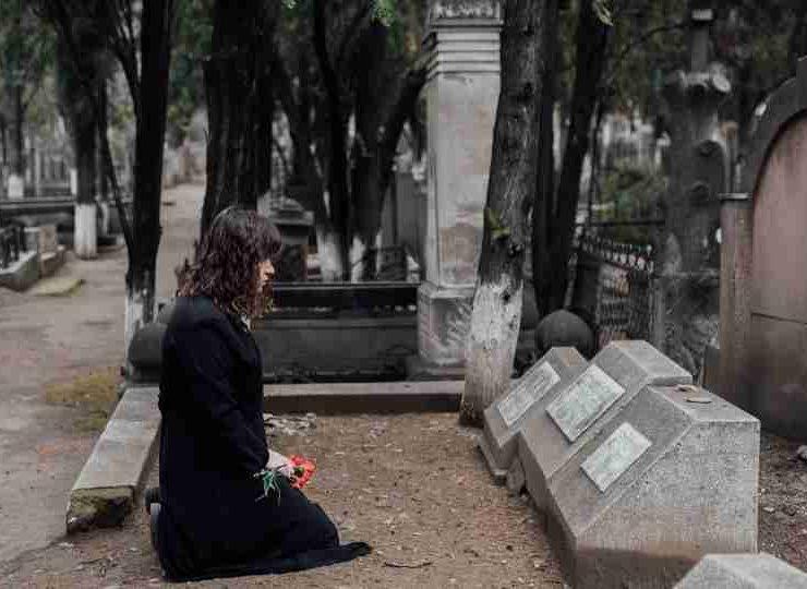 Dreaming of a Dead Friend - 16 Dream Scenarios & Their Meanings